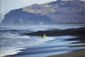 Полюбоваться океаном (и даже покататься на серфе, правда, при температуре воды 4 градуса) можно на Камчатке