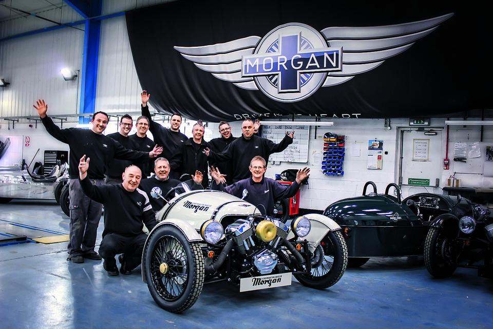 Сотрудники Morgan Motor с трициклом Morgan 3 Wheeler