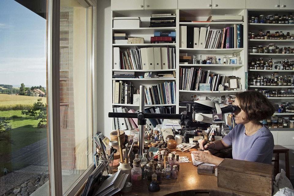 Тонко выполненные эмалевые циферблаты мастер создает при помощи микроскопа