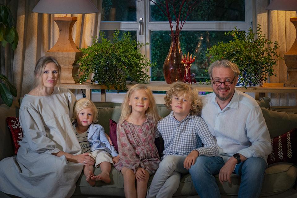 «Хочешь чудес в своей жизни, делай чудеса для других», – учит Йосеф Закс своих детей. На фото: с женой и детьми