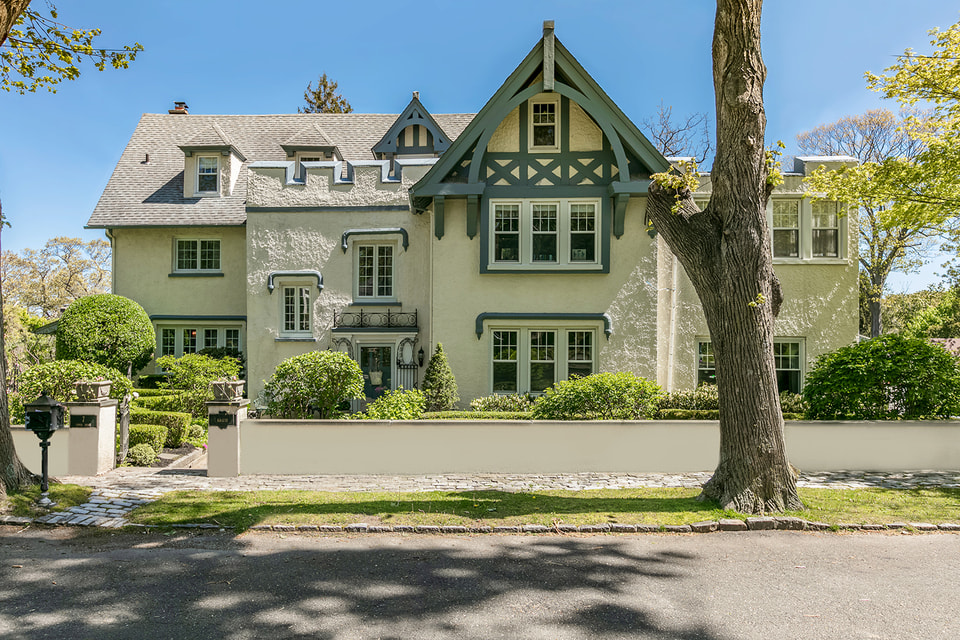 Летняя резиденция знаменитой пары в Нью-Йорке, которая хоть и уступает по масштабам поместью в Калифорнии, но тоже не оставит никого равнодушным