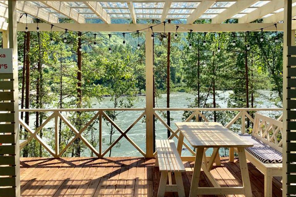 Отель представлял собой двухэтажное комфортное шале на берегу Катуни с личной беседкой у воды