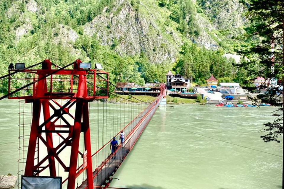 Владелец ближайшей базы потратил деньги на строительство моста до водопада, и поэтому вход на него теперь платный