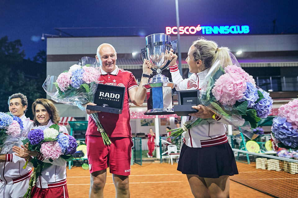Александр Сонк и Василиса Давыдова, финалисты Bosco Friends Open, с кубком победителей и призом – часами Rado из высокотехнологичной керамики