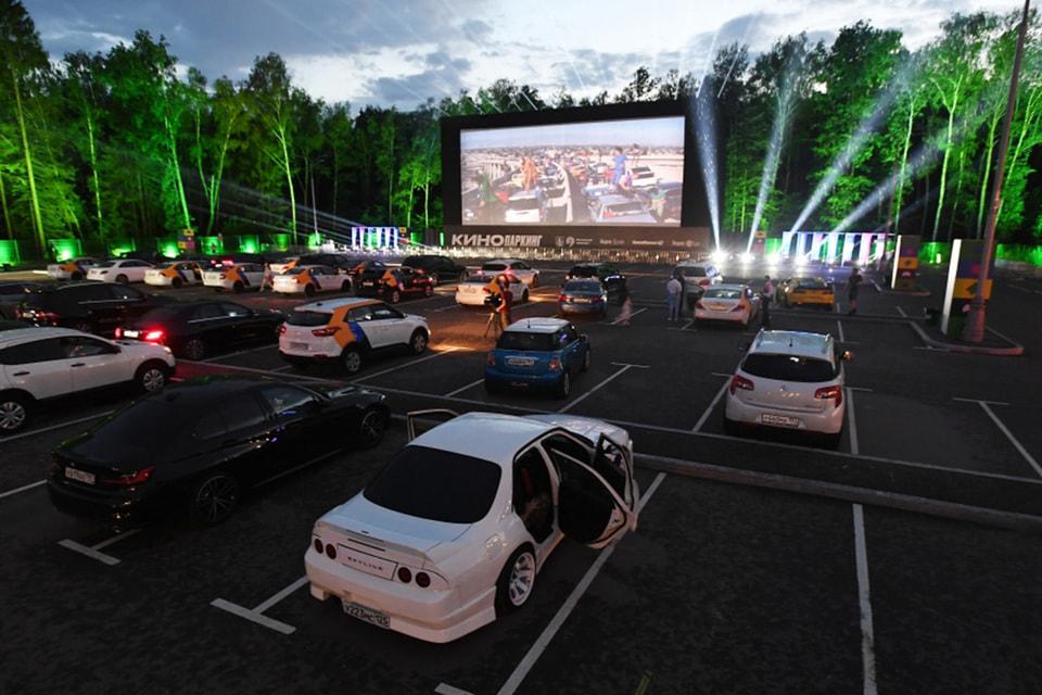 ...А вот так выглядит «Кинопаркинг» — самый большой автомобильный кинотеатр Новой Москвы