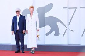 Режиссер Педро Альмадовар и актриса Тильда Суинтон на премьере фильма «Человеческий голос»