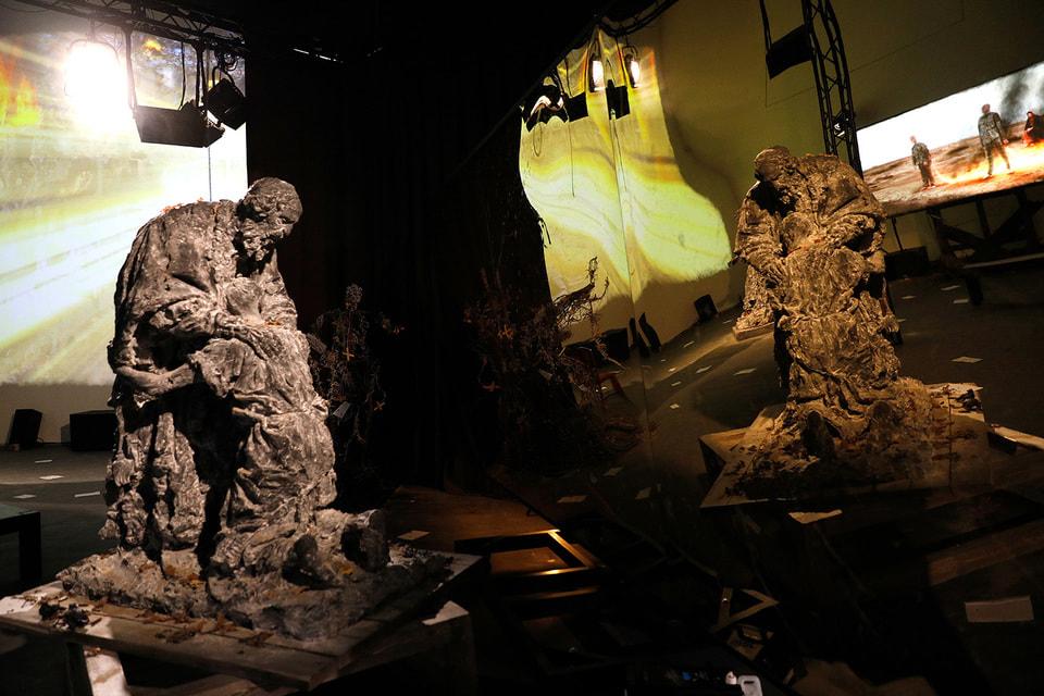 В центре экспозиции – мультимедийная инсталляция на тему картины  «Возвращение блудного сына» Рембрандта