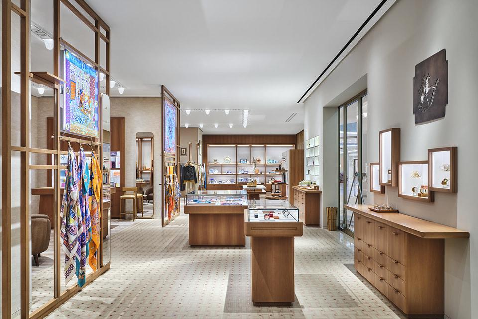Зона с коллекцией шелковых аксессуаров соседствует с ювелирным салоном и зоной парфюмерии и декоративной косметики