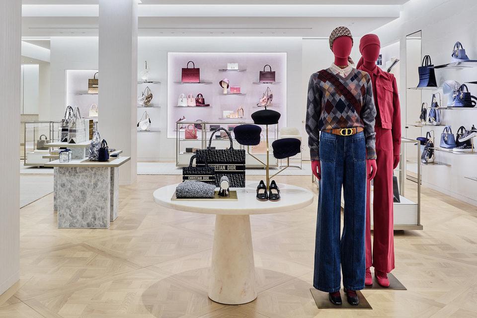 Войдя в бутик Dior с нового входа по улице Петровка посетитель сначала попадает в салоны одежды pret-a-porter, а следом в зону аксессуаров