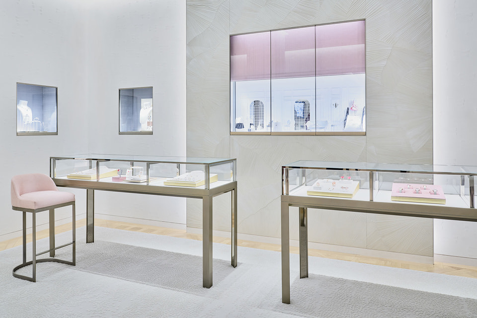 Ювелирно-часовой салон Dior оформлен в жемчужно-перламутровых тонах