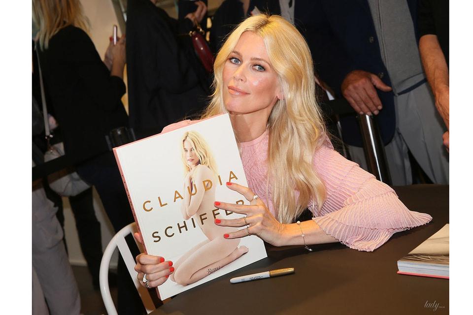 В 2017 году в издательстве Rizzoli вышла книга, посвященная 30-летию модельной карьеры Клаудии Шиффер