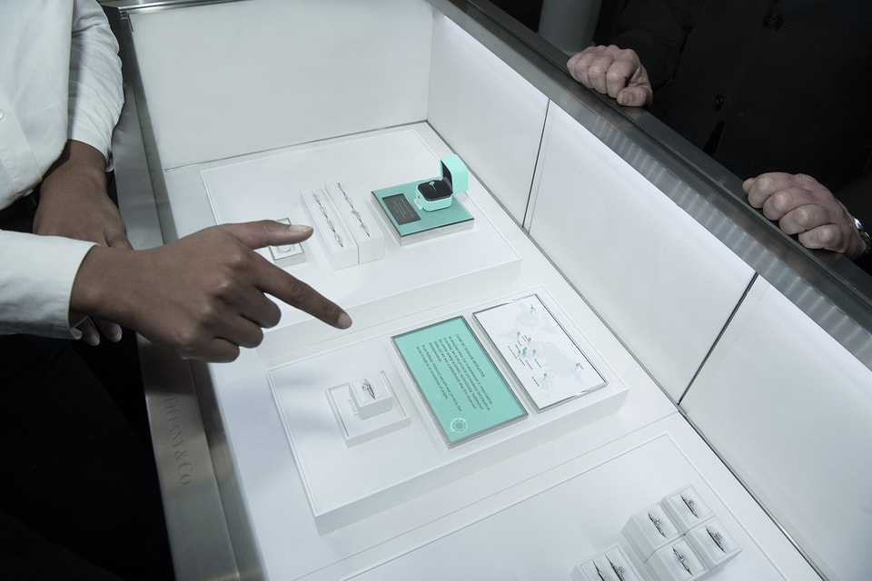 Краткая «биография» бриллианта теперь выставлена в витринах бутиков Tiffany & Co. по всему миру