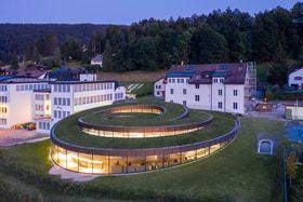 Здание музея Audemars Piguet словно бы вырастает из земли долины Жу