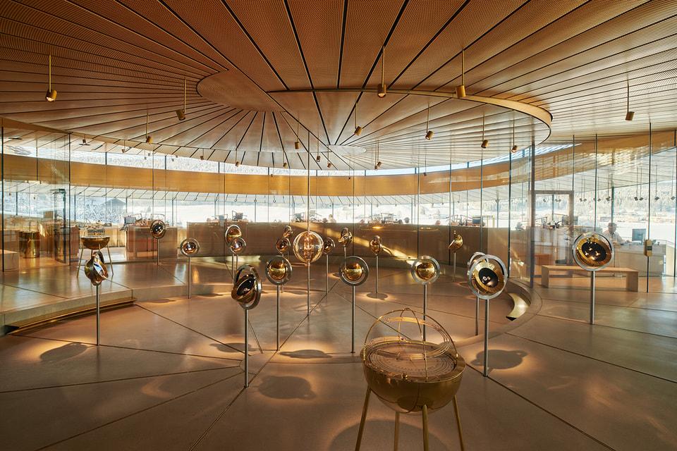 Интерьер музея, придуманный немецкой компанией Atelier Bruckner, обращен ко всем органам чувств посетителя