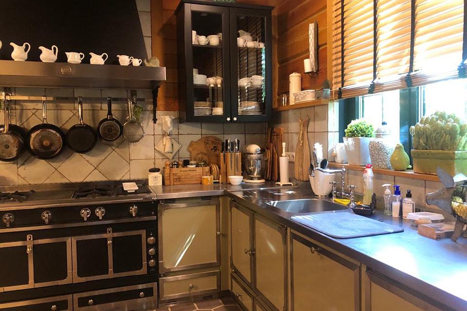 На первом этаже– гостиная и кухня
