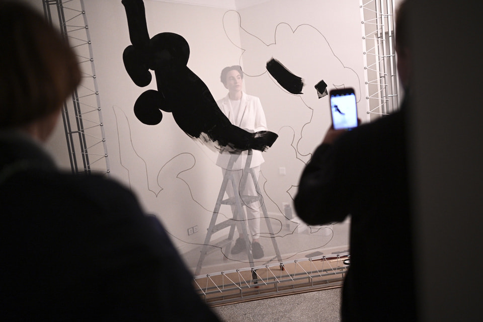 Художница Алиса Йоффе развернула иммерсивнный перформанс, приглашая понаблюдать за созданием произведения через прозрачную вуаль – на глазах гостей «оживали» три черные пантеры