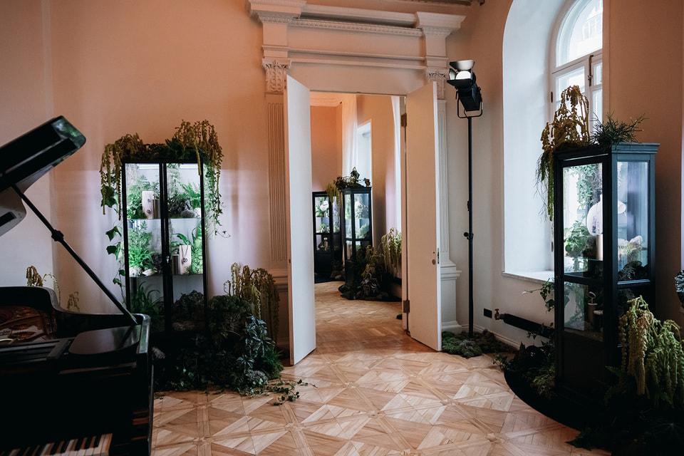 Украшения и часы Cartier в виде животных, рептилий, растений и цветов были представлены в пространстве «Рихтер» в витринах, которые утопали в экзотических «джунглях»