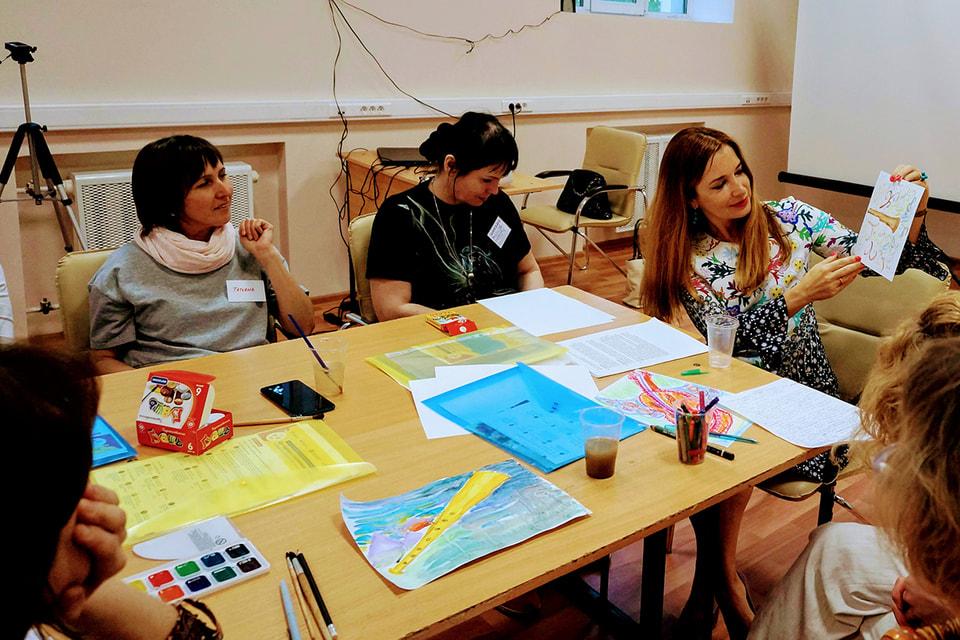 На занятиях по авторской методике Натальи Балаян пациенты рисуют и пишут рассказы