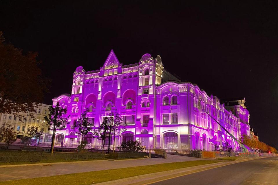 Политехнический музей в Москвена одну ночь окрасился в розовый цвет