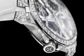 Центром скелетонизированного циферблата часов Sparkling Blast является символ Х, декорированный бриллиантами так, что создается эффект «разбитого зеркала».