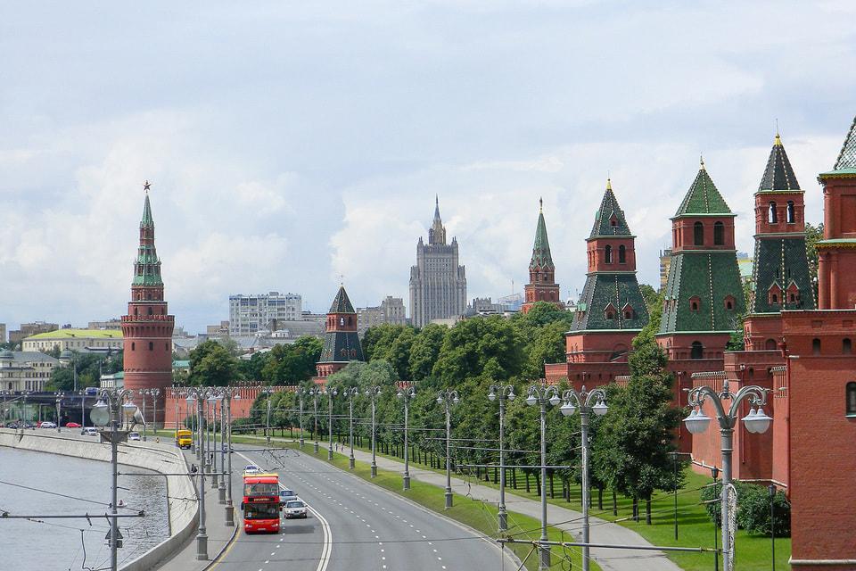 Вдоль Кремлевской набережной сосредоточены главные достопримечательности города и страны