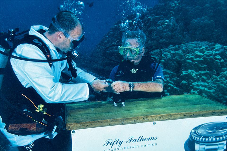 Марк А. Хайек и Роберт Малубье презентуют под водой возрожденные дайверские часы Fifty Fathoms в 2003 году