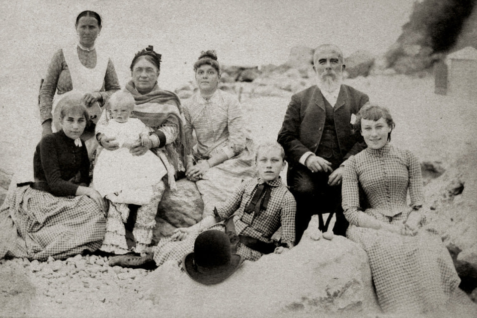 Семья купцов Абрикосовых (их история также представлена в экспозиции) на отдыхе в Крыму, конец XIX в.