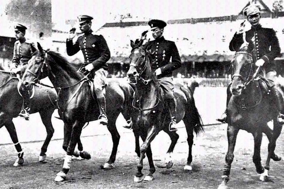 Команда России по конному спорту на Олимпиаде 1912 г.: Александр Павлович Родзянко (второй слева), великий князь Дмитрий Павлович (крайний справа)