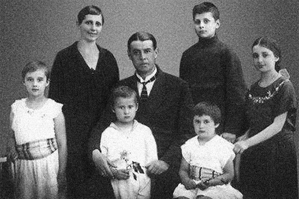 Бабушка и дедушка А. Родзянко с детьми: второй слева – Олег Михайлович, отец Алексея