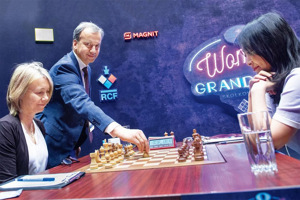 Символический первый ход в матче серии Гран-при FIDE среди женщин 2019–2020