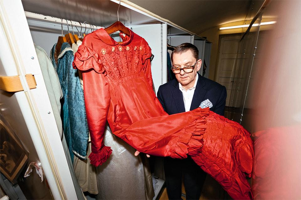 На некоторых платьях можно увидеть цветочные принты в «пыльной» пастельной палитре а-ля рококо, но сам крой этих платьев – деконструированный, геометричный