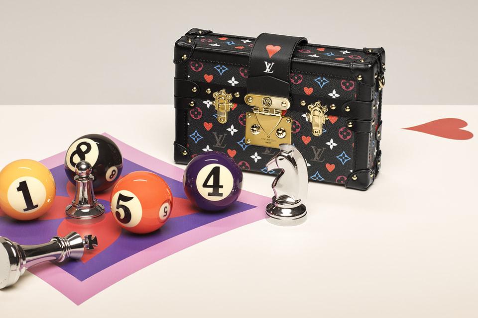 Сумки украшены увеличенными мастями карт и ярко-красными, синими, розовыми и фиолетовыми цветами в сочетании с золотой фурнитурой