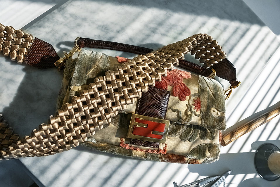 Соавторами одиннадцати сумок Fendi Baguette cтали маленькие ремесленные мастерские со всей Италии