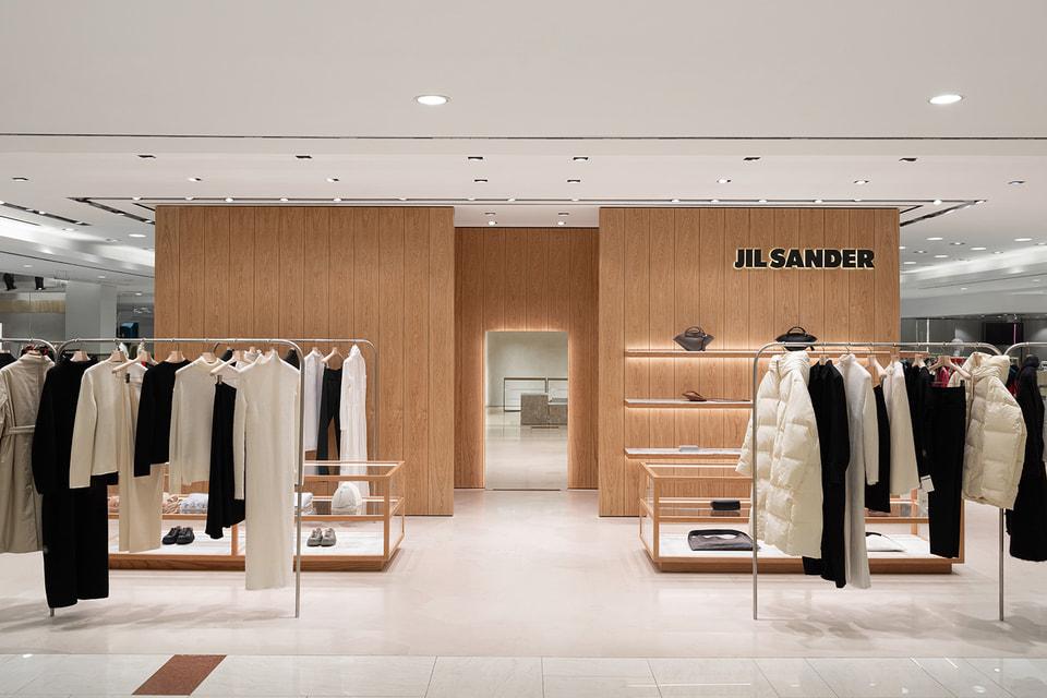 Сейчас в корнере представлены одежда, обувь и аксессуары из коллекции Jil Sander осень-зима 2020/21