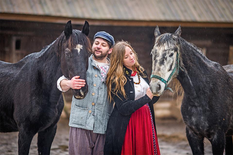 «Мы начали искать для любимца коня Пашки свободу. И поняли, что она нужна и нам», – признаются наши герои