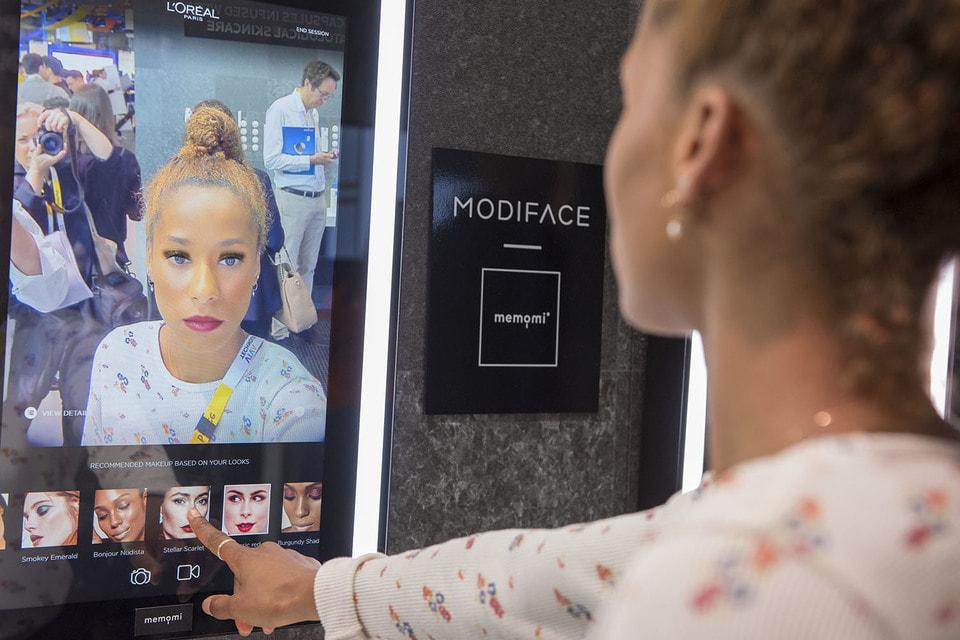 Умное зеркало L'Oreal поможет сделать макияж