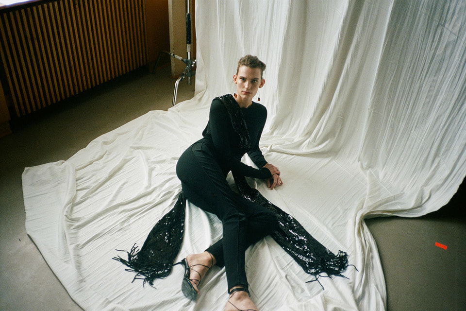 В числе поклонниц вечерних нарядов Galvan London – актриса Дженнифер Энистон и топ-модель Хайди Клум