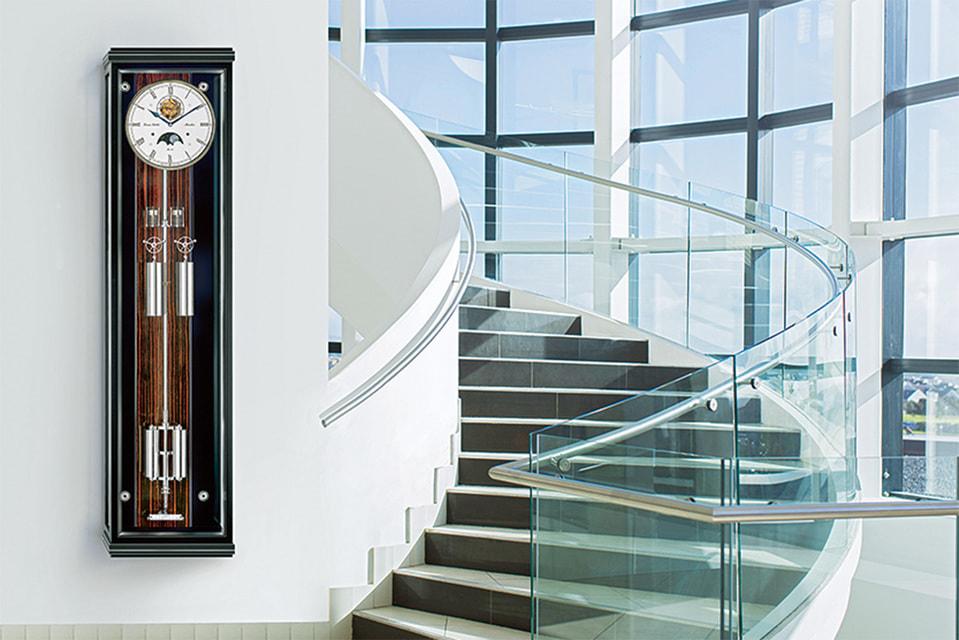 Эти часы Hermle оснащены бронзовыми трубами-колоколами