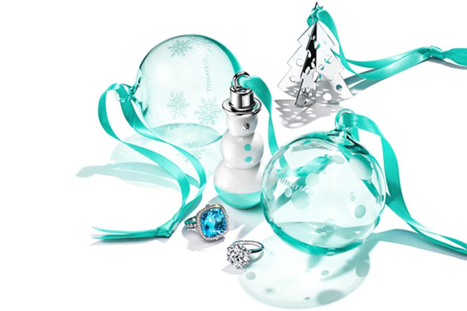 Игрушки на елку от Tiffany & Co. созданы из стекла фирменного цвета Дома