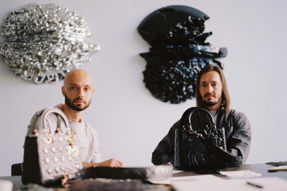 Художники Георгий Кузнецов и Андрей Блохин в своей парижской студии c сумками проекта Dior Lady Art