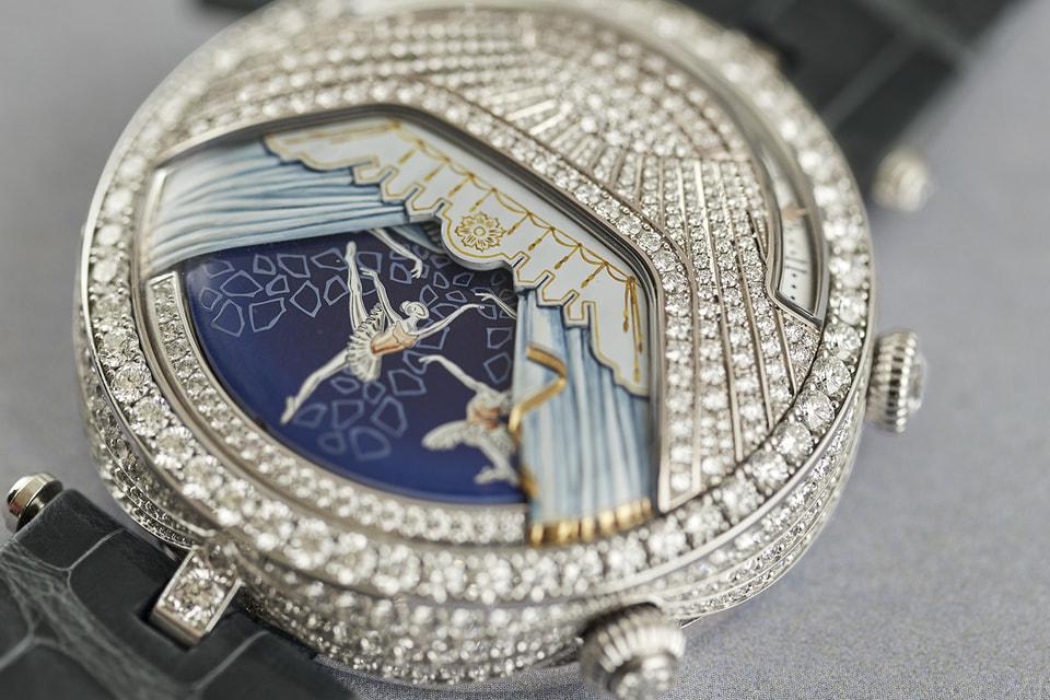 На трех моделях часов Lady Arpels Ballerines Musicales разворачиваются три акта балета «Драгоценности»