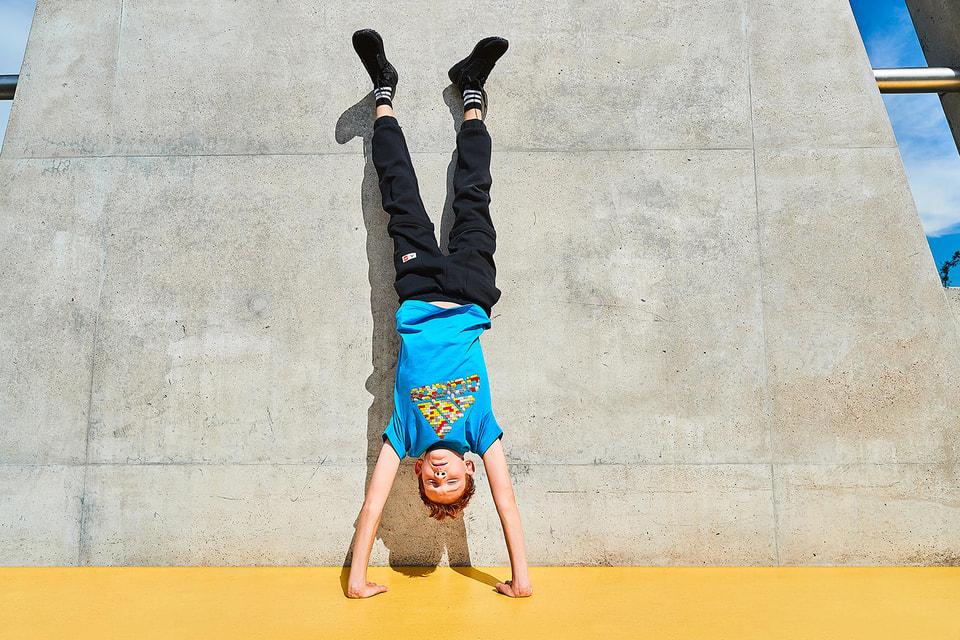 В коллекцию adidas x Lego вошли повседневная одежда и обувь для детей и подростков до 14 лет