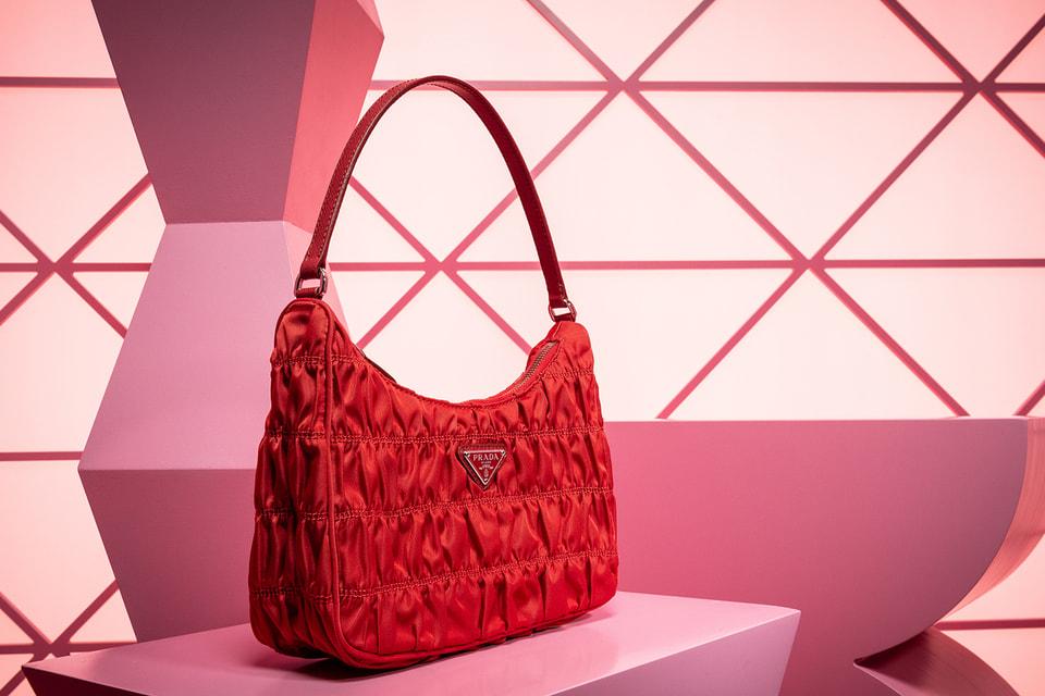 Предметы из капсульной «новогодней» коллекции Prada можно отличить по треугольному логотипу, выполненному в красном цвете