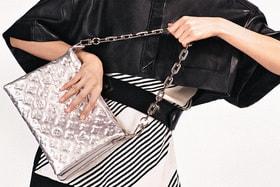 В новой сумке Coussin классический узор LV Monogram выполнен в технике горячей печати на коже