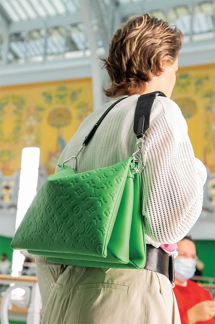 Конструкция сумки Coussin продумана так, чтобы при необходимости она расширялась в объеме словно взбиваемая «подушка»
