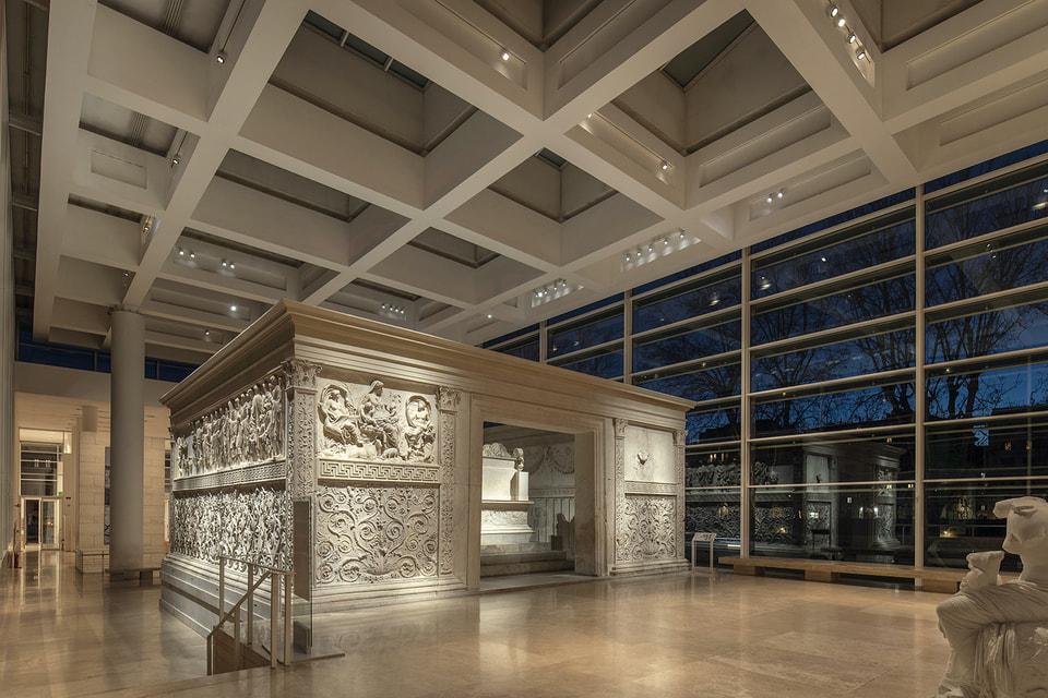 Благодаря финансовой помощи Bvlgari вокруг древнего алтаря была полностью модернизирована система освещения выставочного пространства