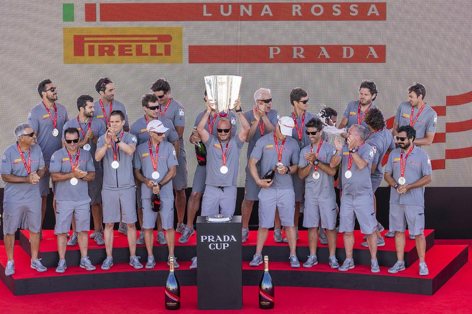 Команда Luna Rossa Prada Pirelli после победы в «Кубке Prada» 2021