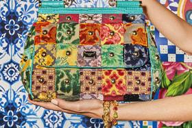 Яркие цветочные сюжеты – лейтмотив весенних аксессуаров Dolce & Gabbana