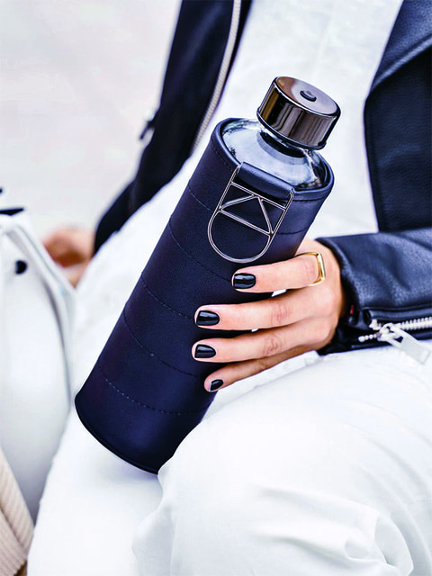 Экологичность – один из принципов HiPO (на фото– бутылка для воды в чехле из экокожи)