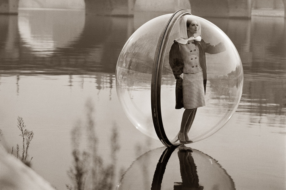 Melvin Sokolsky. Bubble on the Seine, 1963